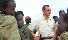 Författaren och journalisten Bengt Nilsson hävdar att Lundin Oil anlitade barnsoldater i Sudan. På bilden Ian Lundin och barnsoldater från Sudan.